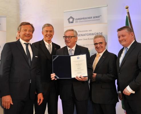 Übergabe der Senatorenurkunde an Präsident Juncker: v.l. Dr. Yorck Otto, Präsident UMU, Dr. Walter Döring, Präsident des Europäischen Senates, Jean-Claude Juncker, Werner Küsters, Bundesminister Gröhe