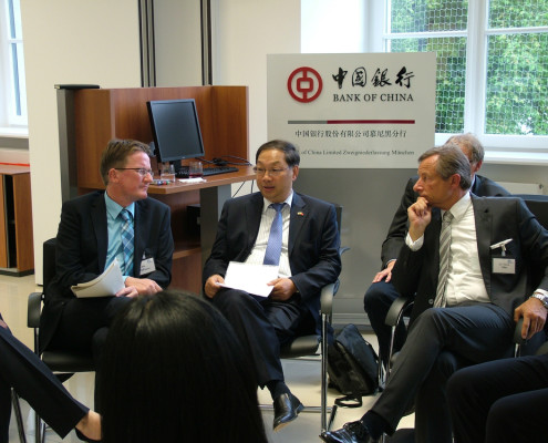 v.l. Moderator Frank Hollmann, ehem. Korrespondent Bayerischer Rundfunk in Peking, Botschafter SHI Mingde, UMU-Präsident Dr. Yorck Otto